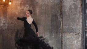 Ζωηρός και εμπαθής χορός της νέας όμορφης γυναίκας με τη μακριά φούστα fatine απόθεμα βίντεο