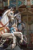 Ζωηρόχρωμα άλογα ιπποδρομίων σε ένα πάρκο διακοπών, εύθυμος-πηγαίνω-γύρω από άλογο Στοκ εικόνες με δικαίωμα ελεύθερης χρήσης