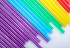 Ζωηρόχρωμα άχυρα κατανάλωσης για το υπόβαθρο χρώματος στοκ φωτογραφίες