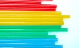 Ζωηρόχρωμα άχυρα κατανάλωσης για το υπόβαθρο χρώματος στοκ φωτογραφία με δικαίωμα ελεύθερης χρήσης