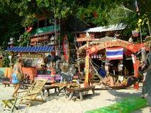 Ζωηρόχρωμα έπιπλα καλυβών φραγμών παραλιών θάλασσας άμμου της Ταϊλάνδης τροπικά στοκ εικόνες
