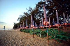 Ζωηρόχρωμα έπιπλα παραλιών στην παραλία Cha AM Στοκ εικόνα με δικαίωμα ελεύθερης χρήσης