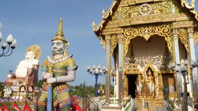 Ζωηρόχρωμα αγάλματα κοντά στον ασιατικό ναό Διακοσμητικός βουδιστικός ναός την ηλιόλουστη ημέρα στην ασιατική χώρα Άγαλμα Hotei έ απόθεμα βίντεο