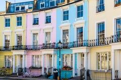 Ζωηρόχρωμα αγγλικά Terraced σπίτια Στοκ φωτογραφία με δικαίωμα ελεύθερης χρήσης