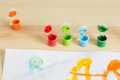 Ζωηρόχρωμα ακρυλικά χρώματα στον ξύλινο πίνακα Τέχνη παιδιών ` s Στοκ εικόνες με δικαίωμα ελεύθερης χρήσης