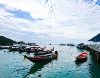 Ζωηρόχρωμα αλιευτικά σκάφη που σταθμεύουν στην αποβάθρα στοκ εικόνες με δικαίωμα ελεύθερης χρήσης