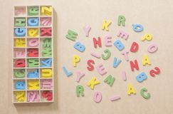 Ζωηρόχρωμα αλφάβητα σε καφετί χαρτί με το κιβώτιο αλφάβητου στοκ φωτογραφίες με δικαίωμα ελεύθερης χρήσης