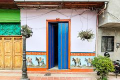 Ζωηρόχρωμα αποικιακά σπίτια σε μια οδό σε Guatape, Antioquia στο κοβάλτιο στοκ φωτογραφίες με δικαίωμα ελεύθερης χρήσης