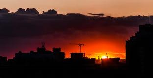 Ζωηρόχρωμα αστικά διαποτισμένα χρώματα ηλιοβασιλέματος πόλεων Στοκ Εικόνες