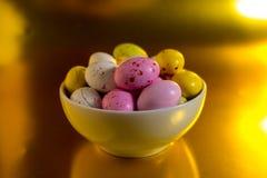 Ζωηρόχρωμα αυγά εστέρα στοκ εικόνες