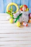 Ζωηρόχρωμα αυγά και κουνέλι Πάσχας στο άσπρο ξύλινο υπόβαθρο Στοκ φωτογραφία με δικαίωμα ελεύθερης χρήσης