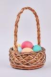 ζωηρόχρωμα αυγά καλαθιών Στοκ Φωτογραφία