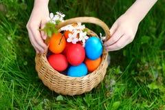 ζωηρόχρωμα αυγά Πάσχας καλαθιών Στοκ φωτογραφία με δικαίωμα ελεύθερης χρήσης
