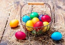 ζωηρόχρωμα αυγά Πάσχας καλαθιών Στοκ φωτογραφίες με δικαίωμα ελεύθερης χρήσης