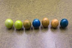 Ζωηρόχρωμα αυγά Πάσχας κρητιδογραφιών στο ξύλινο υπόβαθρο πινάκων με το διάστημα Τρύγος που τονίζεται στοκ φωτογραφίες