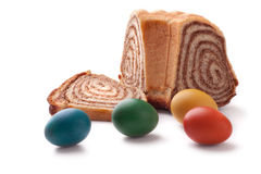 Ζωηρόχρωμα αυγά Πάσχας με ένα σλοβένικο potica κέικ Στοκ Εικόνες