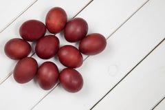Ζωηρόχρωμα αυγά Πάσχας με ευτυχές Πάσχα Στοκ φωτογραφία με δικαίωμα ελεύθερης χρήσης