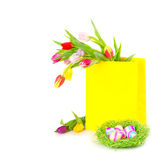 Ζωηρόχρωμα αυγά Πάσχας με τις τουλίπες στοκ εικόνα