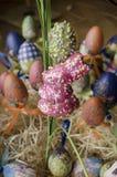 Ζωηρόχρωμα αυγά Πάσχας με το λαγουδάκι Πάσχας Στοκ φωτογραφία με δικαίωμα ελεύθερης χρήσης