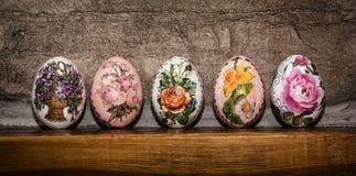 Ζωηρόχρωμα αυγά Πάσχας που συσσωρεύονται στην ξύλινη βάση, διακοπές Πάσχας Στοκ φωτογραφία με δικαίωμα ελεύθερης χρήσης