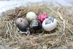 Ζωηρόχρωμα αυγά Πάσχας σε ένα μικρό καλάθι. Υπόβαθρο Πάσχας, θέματα άνοιξη Στοκ Εικόνες