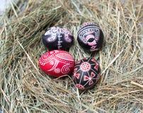 Ζωηρόχρωμα αυγά Πάσχας σε ένα μικρό καλάθι Υπόβαθρο Πάσχας, θέματα άνοιξη Στοκ Εικόνα