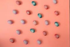 Ζωηρόχρωμα αυγά Πάσχας σε ένα ρόδινο υπόβαθρο στοκ φωτογραφία με δικαίωμα ελεύθερης χρήσης