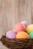 Ζωηρόχρωμα αυγά Πάσχας σε μια φωλιά Στοκ εικόνες με δικαίωμα ελεύθερης χρήσης