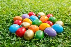 Ζωηρόχρωμα αυγά Πάσχας στη χλόη στοκ εικόνα με δικαίωμα ελεύθερης χρήσης
