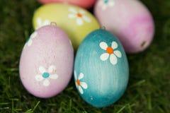 Ζωηρόχρωμα αυγά Πάσχας στη χλόη στοκ εικόνες