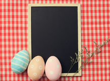 Ζωηρόχρωμα αυγά Πάσχας στον κενό πίνακα στοκ εικόνες