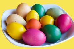 Ζωηρόχρωμα αυγά Πάσχας στο άσπρο πιάτο Στοκ φωτογραφία με δικαίωμα ελεύθερης χρήσης