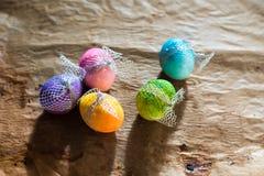 Ζωηρόχρωμα αυγά Πάσχας στο αγροτικό υπόβαθρο στοκ εικόνες