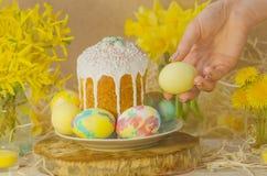 Ζωηρόχρωμα αυγά Πάσχας στο θηλυκό χέρι Χέρια που κρατούν το αυγό Πάσχας Στοκ φωτογραφίες με δικαίωμα ελεύθερης χρήσης