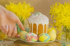 Ζωηρόχρωμα αυγά Πάσχας στο θηλυκό χέρι Χέρια που κρατούν το αυγό Πάσχας Στοκ Εικόνα