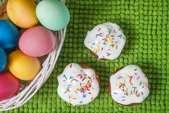 Ζωηρόχρωμα αυγά Πάσχας στο καλάθι και γλυκό muffin cupcakes χρωματισμένο ανασκόπηση Πάσχας αυγών eps8 διάνυσμα τουλιπών μορφής κό Στοκ φωτογραφία με δικαίωμα ελεύθερης χρήσης