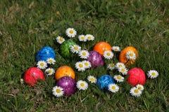Ζωηρόχρωμα αυγά Πάσχας στο καλάθι Πάσχας Στοκ εικόνες με δικαίωμα ελεύθερης χρήσης