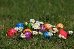 Ζωηρόχρωμα αυγά Πάσχας στο καλάθι Πάσχας Στοκ φωτογραφίες με δικαίωμα ελεύθερης χρήσης