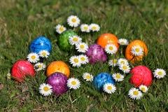 Ζωηρόχρωμα αυγά Πάσχας στο καλάθι Πάσχας Στοκ Φωτογραφία