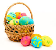 Ζωηρόχρωμα αυγά Πάσχας στο καλάθι που απομονώνεται σε ένα λευκό Στοκ φωτογραφίες με δικαίωμα ελεύθερης χρήσης