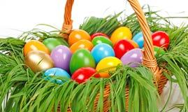 Ζωηρόχρωμα αυγά Πάσχας στο καλάθι στοκ φωτογραφίες με δικαίωμα ελεύθερης χρήσης