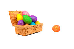 Ζωηρόχρωμα αυγά Πάσχας στο ξύλινα κιβώτιο και το αυγό Πάσχας κοντά στο κιβώτιο Στοκ Φωτογραφία