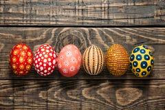 Ζωηρόχρωμα αυγά Πάσχας στο ξύλινο υπόβαθρο Στοκ φωτογραφία με δικαίωμα ελεύθερης χρήσης