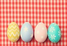 Ζωηρόχρωμα αυγά Πάσχας στο τραπεζομάντιλο στοκ εικόνα με δικαίωμα ελεύθερης χρήσης