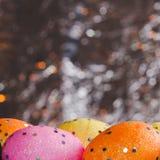 Ζωηρόχρωμα αυγά Πάσχας στο υπόβαθρο φύλλων αλουμινίου, Στοκ Εικόνες