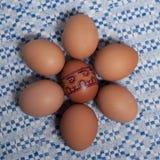 Ζωηρόχρωμα αυγά στην μπλε άσπρη πετσέτα Στοκ φωτογραφία με δικαίωμα ελεύθερης χρήσης