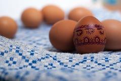 Ζωηρόχρωμα αυγά στην μπλε άσπρη πετσέτα Στοκ Φωτογραφία