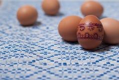Ζωηρόχρωμα αυγά στην μπλε άσπρη πετσέτα Στοκ εικόνα με δικαίωμα ελεύθερης χρήσης