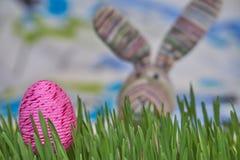 Ζωηρόχρωμα αυγό και κουνέλι Πάσχας Στοκ Εικόνες