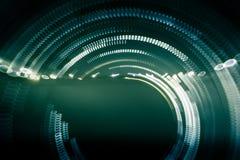 Ζωηρόχρωμα αφηρημένα ίχνη του φωτός Σημεία, γραμμές και bokeh στο σκοτεινό υπόβαθρο Στοκ Φωτογραφίες